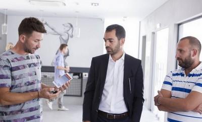 Οι κ.κ. Φιλίππου Δημήτρης και Τριάντης Αποστόλης, συνιδιοκτήτες της ακαδημίας Tennis Square (από αριστερά προς τα δεξιά) και ανάμεσά τους ο κ. Αθανάσιος Γεραμάνης, Country Manager της MasterCard Ελλάδας, Κύπρου και Μάλτας