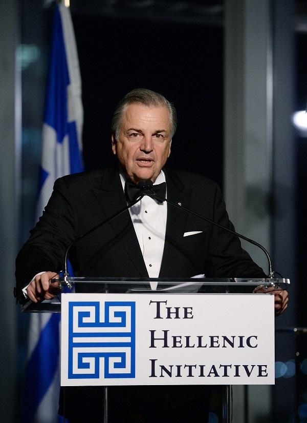 """Ο ΠΡΩΘΥΠΟΥΡΓΟΣ ΑΛΕΞΗΣ ΤΣΙΠΡΑΣ ΣΤΟ ΔΕΙΠΝΟ ΤΟΥ HELLENIC INITIATIVE Ο Πρωθυπουργός, Αλέξης Τσίπρας, παρέστη και απηύθυνε ομιλία στο 3ο ετήσιο δείπνο του οργανισμού της Ελληνικής Πρωτοβουλίας (The Hellenic Initiative) που πραγματοποιήθηκε το βράδυ της Τετάρτης 30 Σεπτεμβρίου 2015 στον Πύργο 4 του νέου Παγκοσμίου Κέντρου Εμπορίου της Νέας Υόρκης, σχεδόν απέναντι από τον ανεγειρόμενο ναό του Αγίου Νικολάου στο Ground Zero. Τους παρισταμένους καλωσόρισε ο πρόεδρος της Ελληνικής Πρωτοβουλίας, Ανδρέας Λιβέρης, ενώ τον πρωθυπουργό παρουσίασε η Γιάννα Αγγελοπούλου, η οποία παρέστη στο δείπνο μαζί με το σύζυγό της Θεόδωρο Αγγελόπουλο. Παρέστησαν -μεταξύ άλλων- ο Αρχιεπίσκοπος Αμερικής Δημήτριος, ο πρόεδρος της Coca Cola και εκ των ιδρυτών του The Hellenic Initiative, Μουχτάρ Κεντ, ο ιδρυτής της AOL, Tεντ Λεόνσις, η πρώην Πρέσβης των ΗΠΑ στην Ουγγαρία, Ελένη Τσακοπούλου - Κουναλάκη, εκπρόσωποι των Ιδρυμάτων  """"Σταύρος Νιάρχος"""" και """"Αλέξανδρος Ωνάσης"""", επιχειρηματίες και εκλεκτοί ομογενείς. Στη διάρκεια της εκδήλωσης τιμήθηκαν οι Ελληνο- Αμερικανοί επιχειρηματίες, Τζον Κατσιματίδης και Τζορτζ Marcus, καθώς και το φιλανθρωπικό καταπίστευμα """"The Lena Varis Trust"""". Την εκδήλωση παρουσίασαν η Αιμιλία Μπεχράκη και ο Ράιαν Σέρχαντ, γνωστός από το """"Million Dollar Listing New York"""". PHOTOS: © GANP/DIMITRIOS PANAGOS/ΔΗΜΗΤΡΗΣ ΠΑΝΑΓΟΣ"""