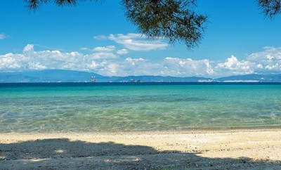 Παραλία Δασύλλιο Πρίνου, Θάσος, με φόντο τις εξέδρες (φωτό Δημήτρης Αθανασίου)